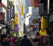 Povos que andam em torno de Myeongdong Fotografia de Stock Royalty Free