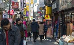 Povos que andam em torno de Myeongdong Imagens de Stock