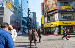 Povos que andam em torno de Myeongdong, rua famosa da compra em Seou Foto de Stock Royalty Free