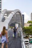 Povos que andam em torno do centro de Azrieli, Tel Aviv fotos de stock royalty free
