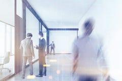 Povos que andam em um corredor do escritório com gráficos Imagem de Stock