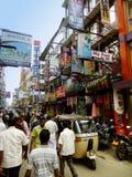 Povos que andam em uma rua da vizinhança de Pettah, Colombo, Sri Imagens de Stock