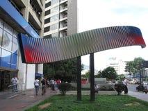 Povos que andam em uma rua de Caracas fotografia de stock
