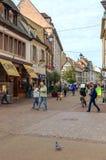 Povos que andam em uma rua em Colmar Imagem de Stock Royalty Free