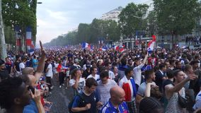 Povos que andam na avenida de Champs-Elysees em Paris em França após os 2018 campeonatos do mundo filme