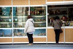 Povos que andam na frente das cabines do Natal em Granada 08 Fotos de Stock