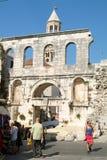 Povos que andam na frente do palácio de Diocletian na separação Imagem de Stock Royalty Free
