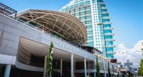 Povos que andam na frente do shopping de Vasco Da Gama em Lisboa foto de stock royalty free