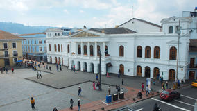 Povos que andam na frente do sucre do teatro nacional no centro histórico da cidade de Quito Foto de Stock Royalty Free