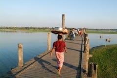 Povos que andam na ponte de madeira de U Bein no rio Ayeyarwad Imagens de Stock Royalty Free