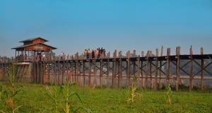 Povos que andam na ponte de madeira de U Bein no rio Ayeyarwad, Myanmar Foto de Stock Royalty Free