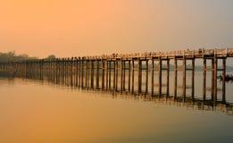 Povos que andam na ponte de madeira de U Bein no rio Ayeyarwad, Myanmar Imagem de Stock