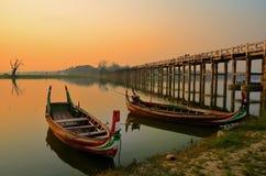 Povos que andam na ponte de madeira de U Bein no rio Ayeyarwad, Myanmar Fotos de Stock