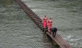 Povos que andam na ponte de madeira na cidade de Fenghuang em Hunan, China Imagem de Stock