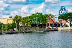 Povos que andam na ponte de madeira Vista do roller coaster colorido de Ray do dockside e de Manta em Seaworld na ?rea internacio fotografia de stock