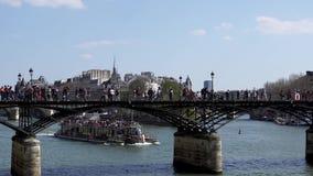 Povos que andam na ponte de Pont des Arts no Seine River - a Paris video estoque
