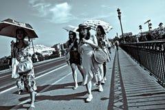 Povos que andam na ponte de Triana em Sevilha 14 Imagem de Stock