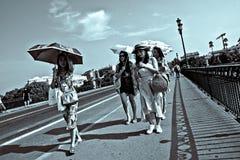 Povos que andam na ponte de Triana em Sevilha 15 Fotografia de Stock Royalty Free