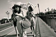 Povos que andam na ponte de Triana em Sevilha 16 Imagens de Stock