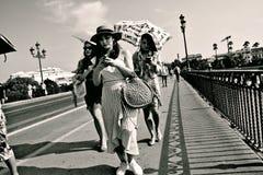 Povos que andam na ponte de Triana em Sevilha 17 Imagens de Stock