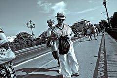 Povos que andam na ponte de Triana em Sevilha 19 Imagem de Stock Royalty Free