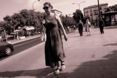Povos que andam na ponte de Triana em Sevilha 20 Imagem de Stock