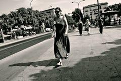 Povos que andam na ponte de Triana em Sevilha 21 Fotografia de Stock Royalty Free