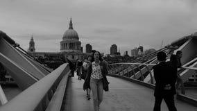 Povos que andam na ponte do milênio no crepúsculo em Londres vídeos de arquivo
