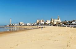 Povos que andam na praia em Cadiz Imagens de Stock