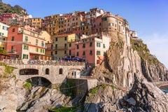 Povos que andam na rua da vila de Manarola em Itália Imagens de Stock Royalty Free