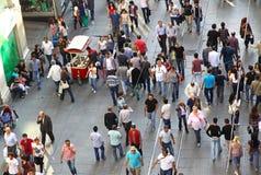 Povos que andam na rua de Istiklal em Istambul Imagem de Stock