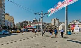 Povos que andam na rua de Istiklal em Istambul, Turquia Foto de Stock