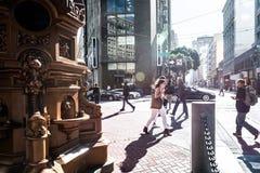 Povos que andam na rua do mercado em San Francisco Foto de Stock Royalty Free