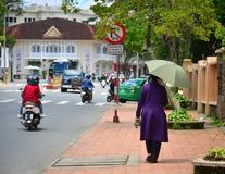 Povos que andam na rua em Dalat, Vietname Foto de Stock Royalty Free