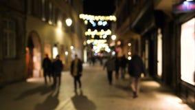 Povos que andam na rua minúscula dos pedestres com a festão das decorações do Natal vídeos de arquivo