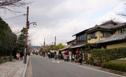 Povos que andam na rua no distrito de Arashiyama em Kyoto, Japão foto de stock