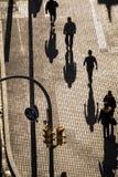 Povos que andam nas ruas de Barcelona fotos de stock royalty free