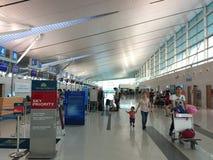 Povos que andam no aeroporto na ilha de Phu Quoc, Vietname Imagens de Stock