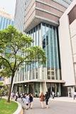Povos que andam no distrito financeiro central de Shanghai, China Imagens de Stock