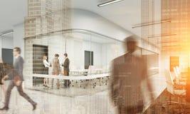 Povos que andam no escritório branco Arquitetura da cidade no primeiro plano Foto de Stock Royalty Free