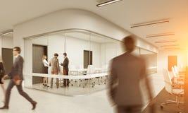 Povos que andam no escritório branco Arquitetura da cidade no primeiro plano, tonelada Imagens de Stock Royalty Free