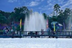 Povos que andam, no final do dia em Seaworld Marine Theme Park foto de stock royalty free