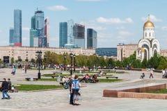 Povos que andam no parque da vitória em Moscou Fotos de Stock Royalty Free