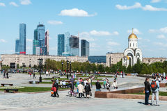 Povos que andam no parque da vitória em Moscou Foto de Stock