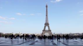 Povos que andam no quadrado na frente da torre Eiffel - Paris de Trocadero, França video estoque