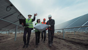 Povos que andam nos painéis solares e na fala Fotografia de Stock Royalty Free