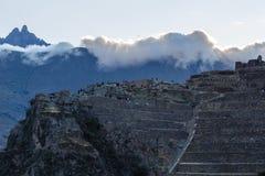 Povos que andam nos terraços de Pumatallis, fortr antigo do Inca fotos de stock
