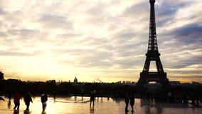 Povos que andam perto da torre Eiffel com fundo do cloudscape vídeos de arquivo
