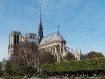 Povos que andam perto de Notre Dame Cathedral em Paris França foto de stock royalty free