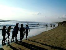 Povos que andam - praia Fotografia de Stock Royalty Free